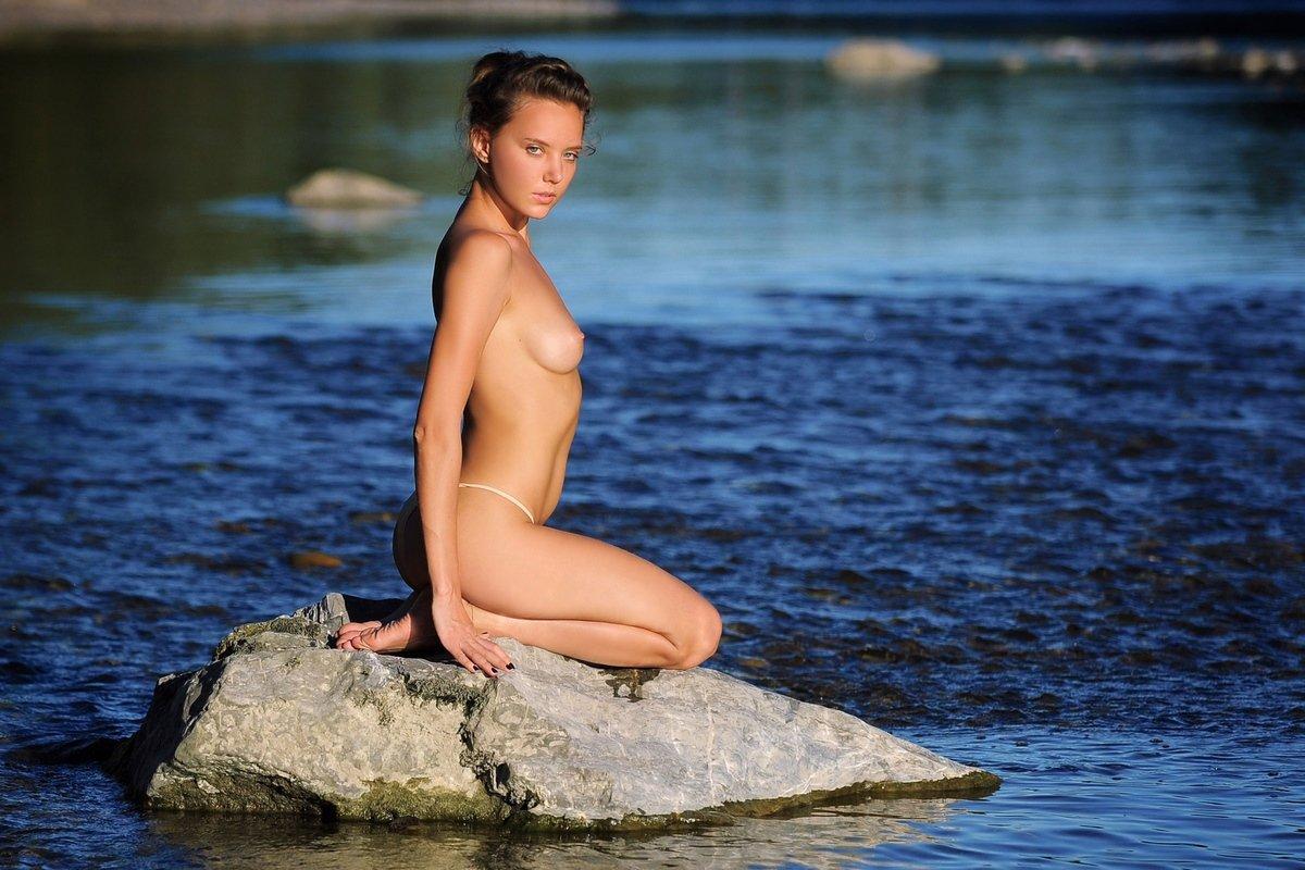 Прекрасная порнуха девки Clover в реке