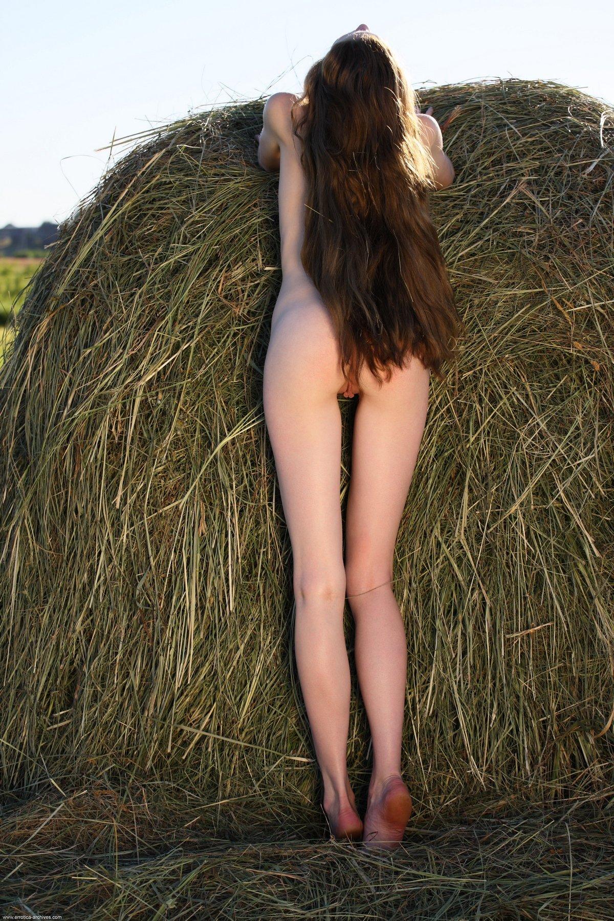 Рыжеволосая Nicole голая в стоге сена