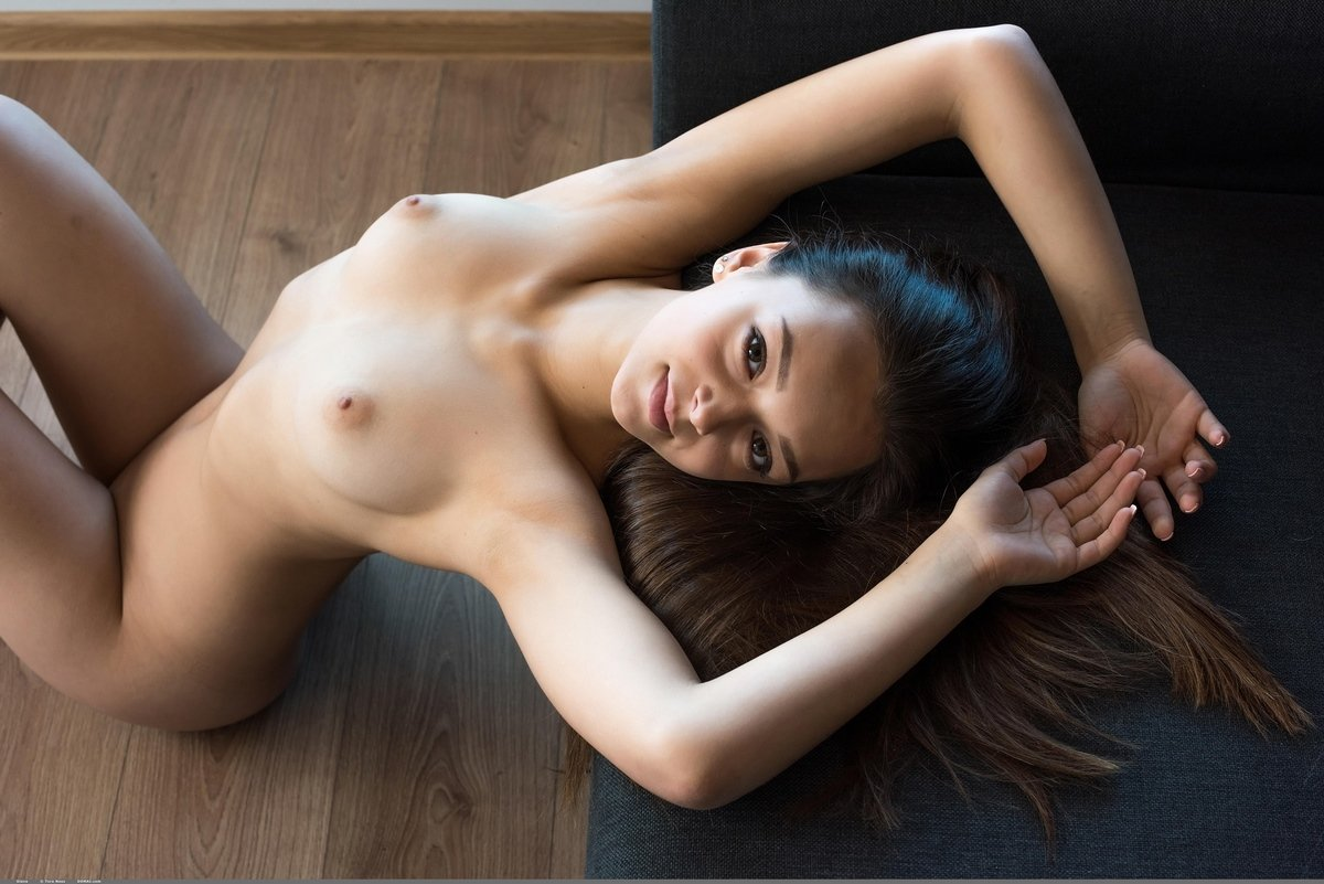 Симпатичная голая девушка на подоконнике