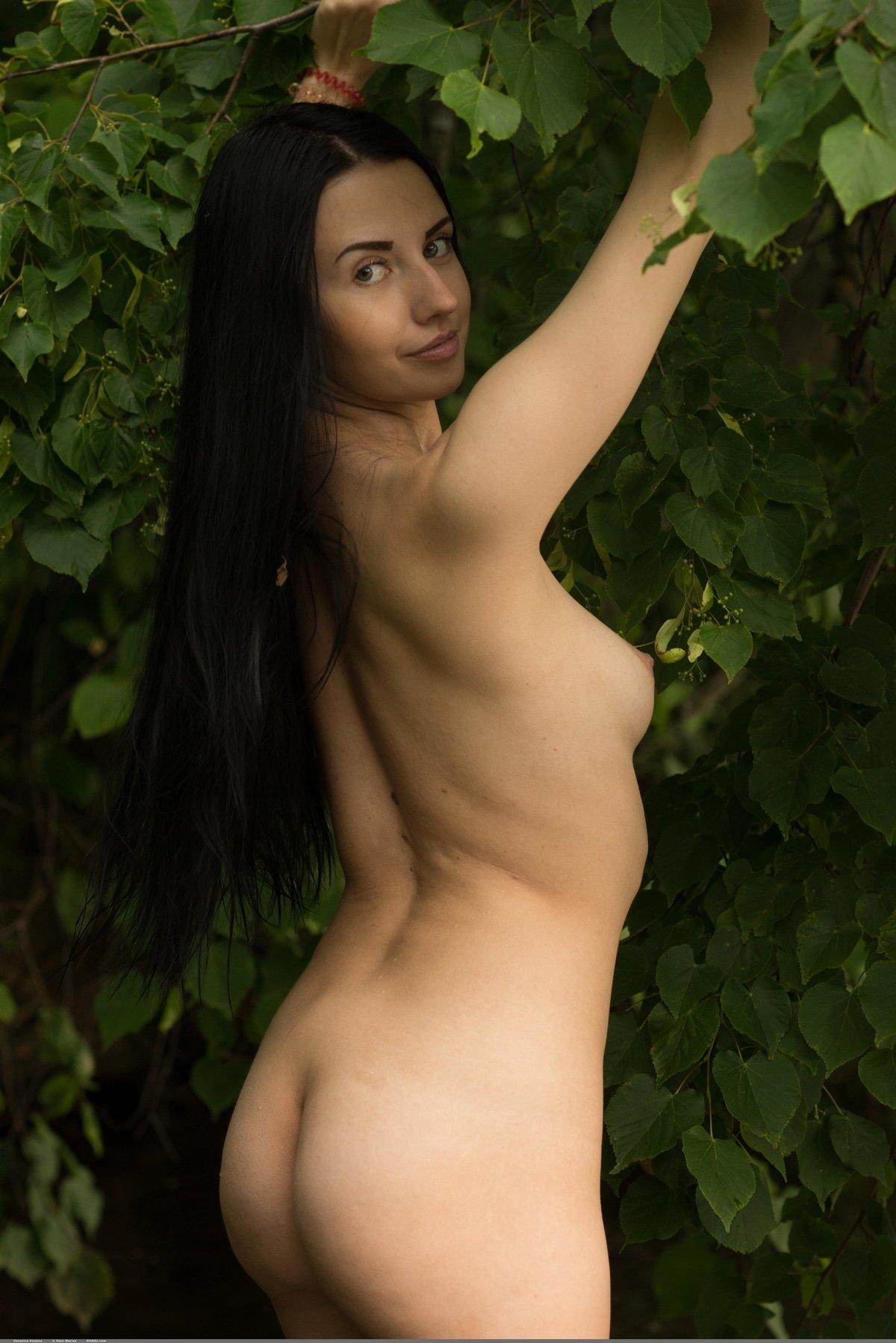 Роскошная брюнетка с прекрасными волосами плещется в пруду