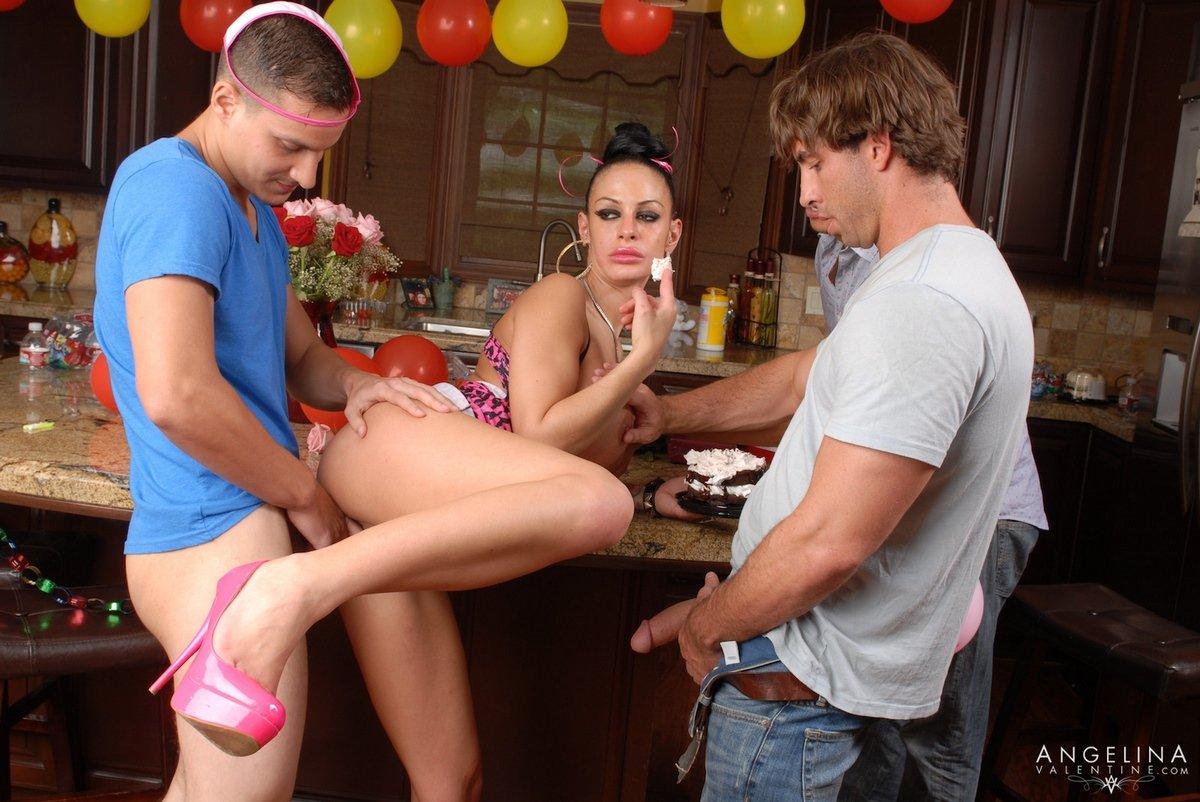 Брюнетка с большими сиськами устроила секс вечеринку
