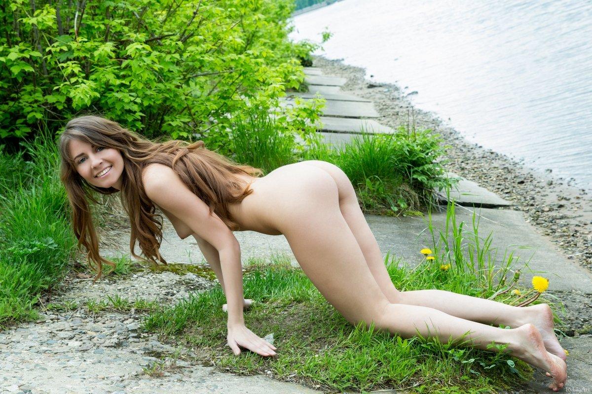 Секс фото раздетой симпатяшки на фоне реки