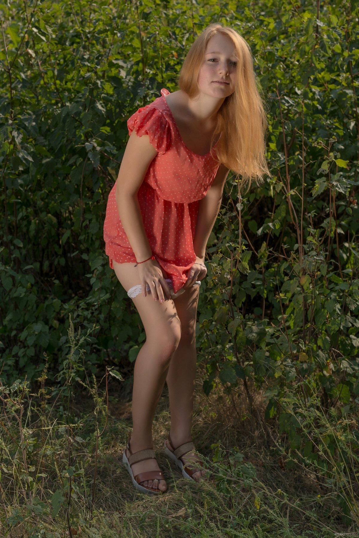 Рыжеволосая сняла платье на поляне под деревом секс фото