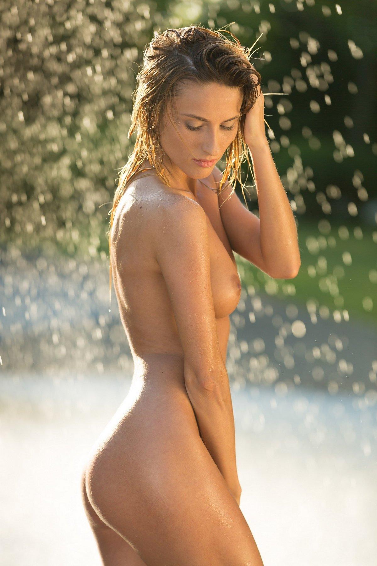 Красивые фото обнаженной девушки под струями воды