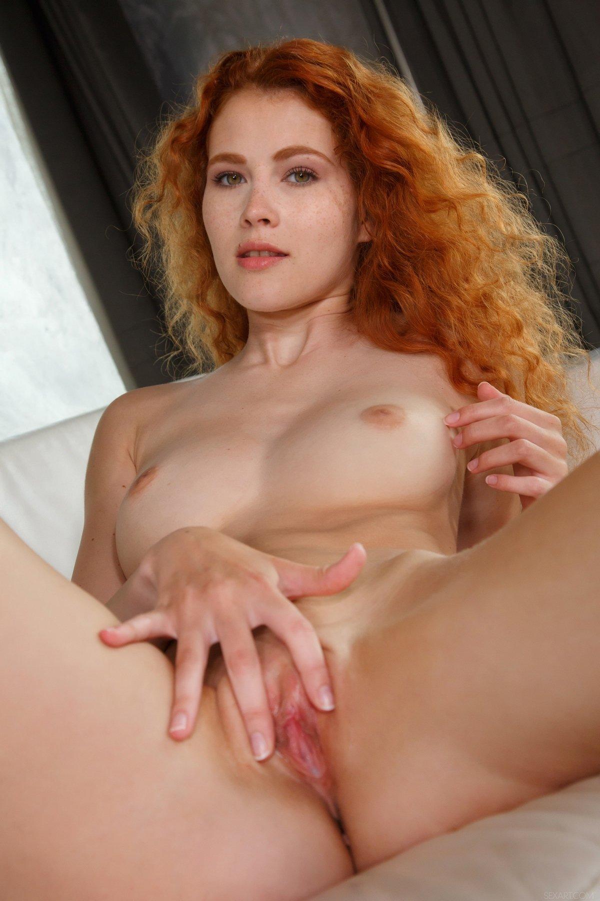 Симпатичная голая фрау с роскошными рыжими волосами