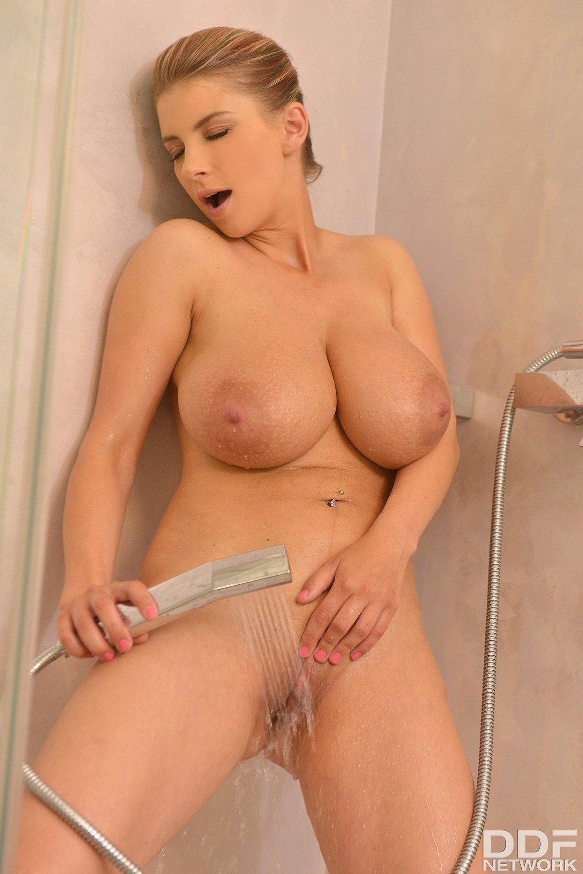 Дама поливает водой большой бюст