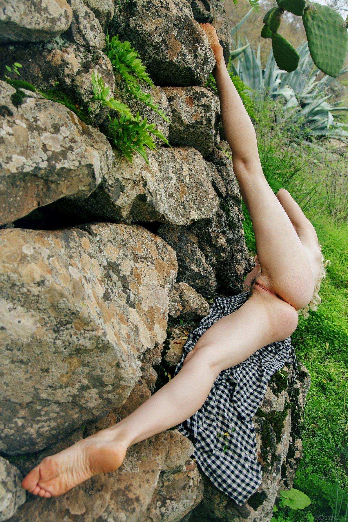 Синеглазая блондинка на камнях