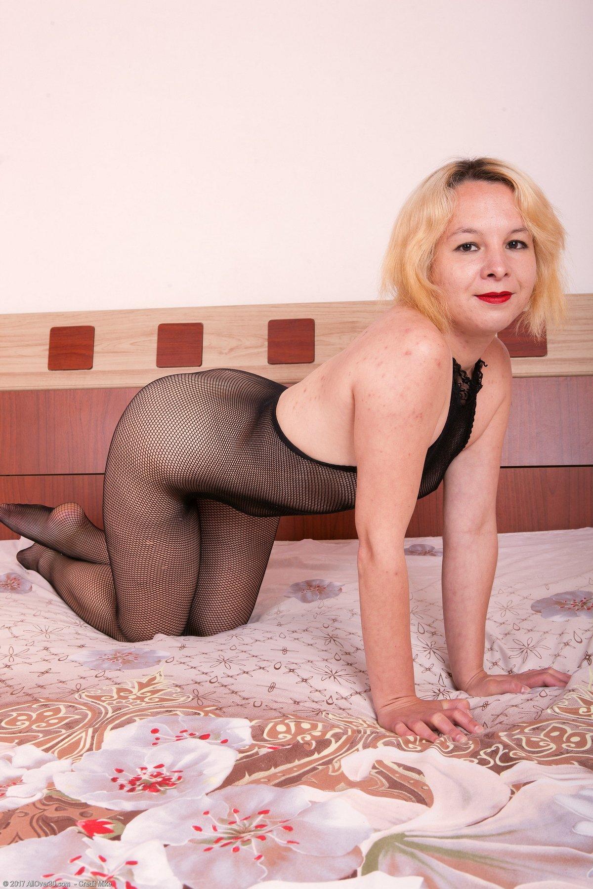 Взрослая блондинка в гетрах в сетку