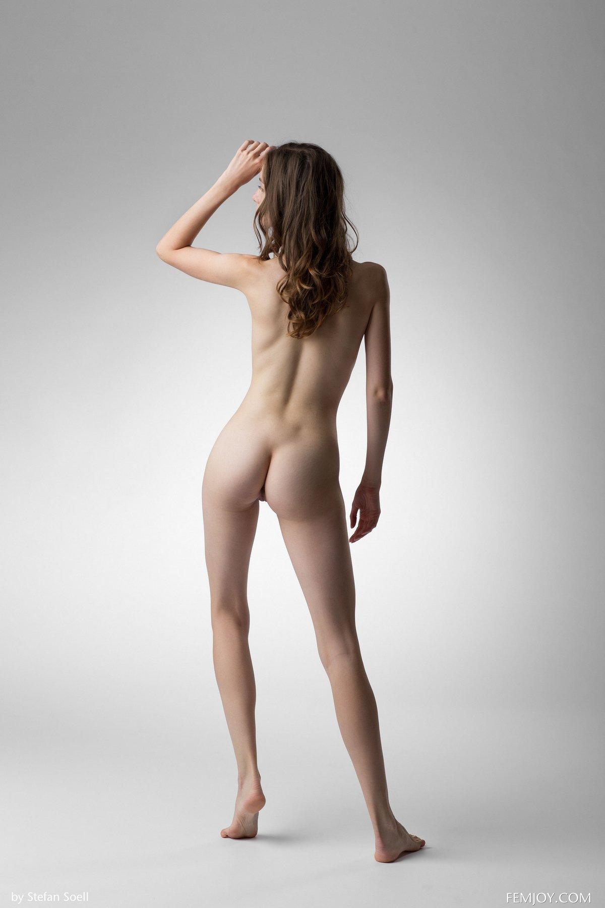 Красивая шатенка обнажила красивая грудь в студии секс фото
