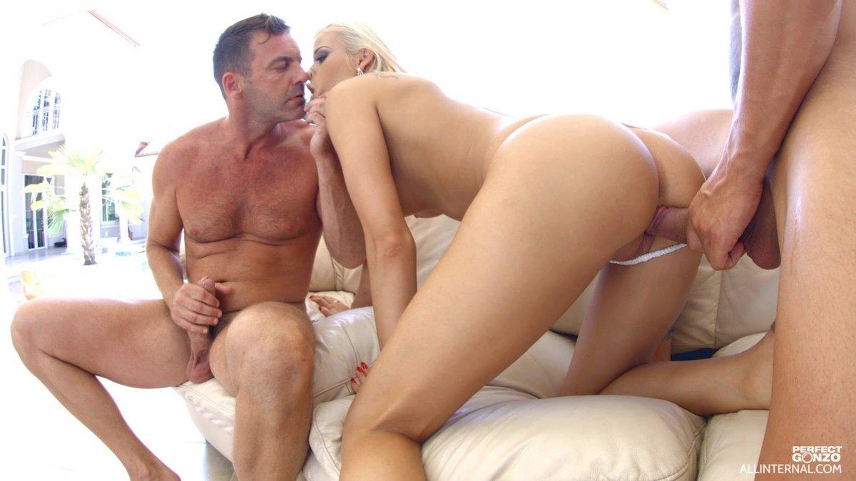 Няшка модель со свелыми волосами занимается сексом с мужиком и молодым парнем секс фото