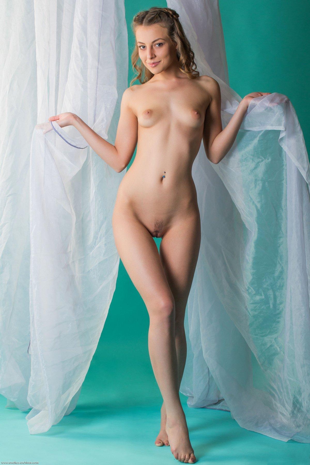 Топ-модель с тонкой талией и крошечными грудями