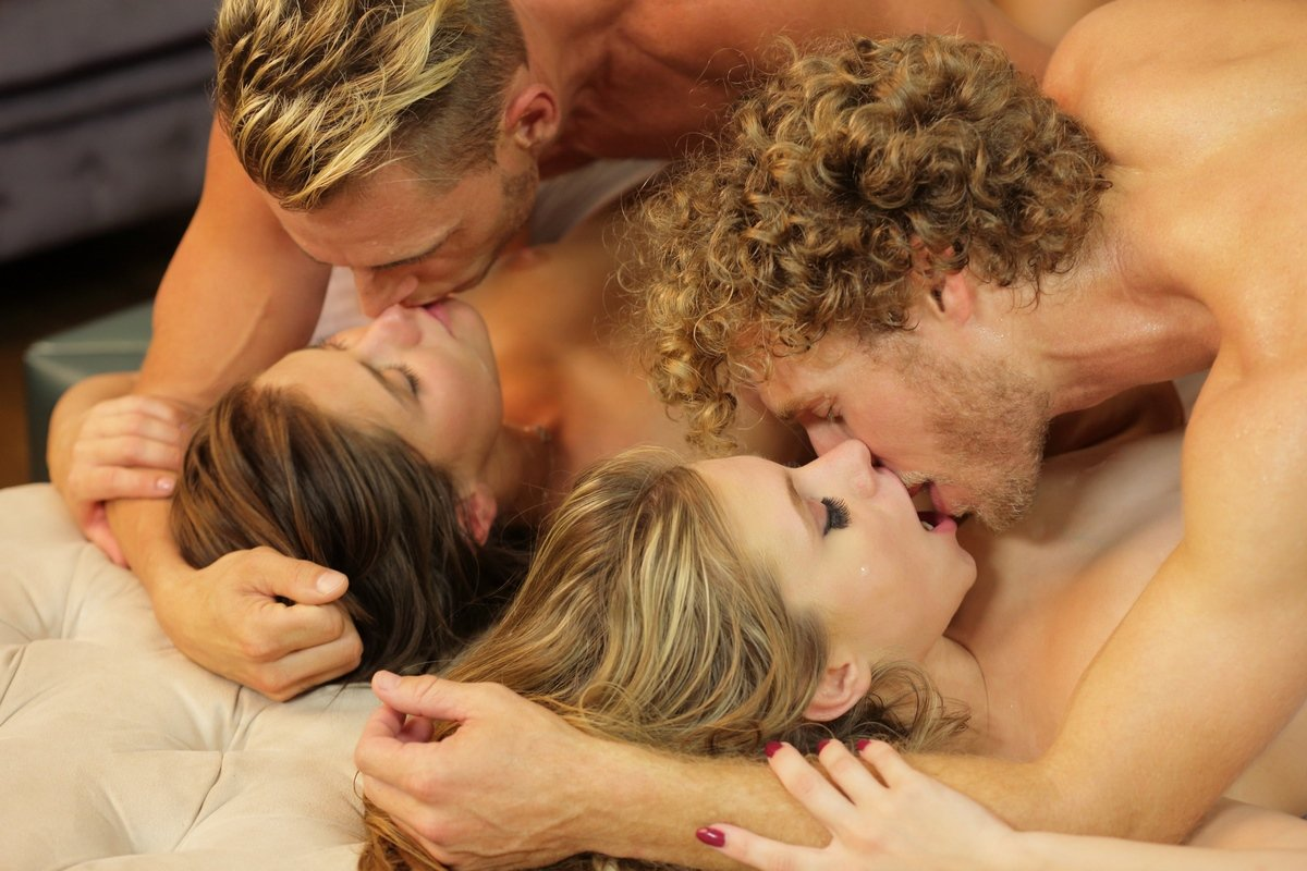 Секс вчетвером с Двумя молодыми девушками смотреть эротику