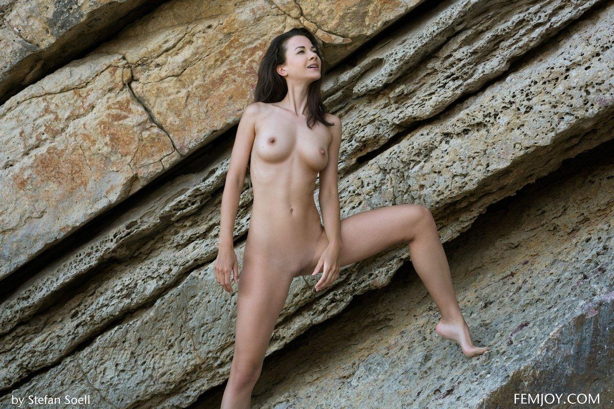 Голая возле скал показывает дойки
