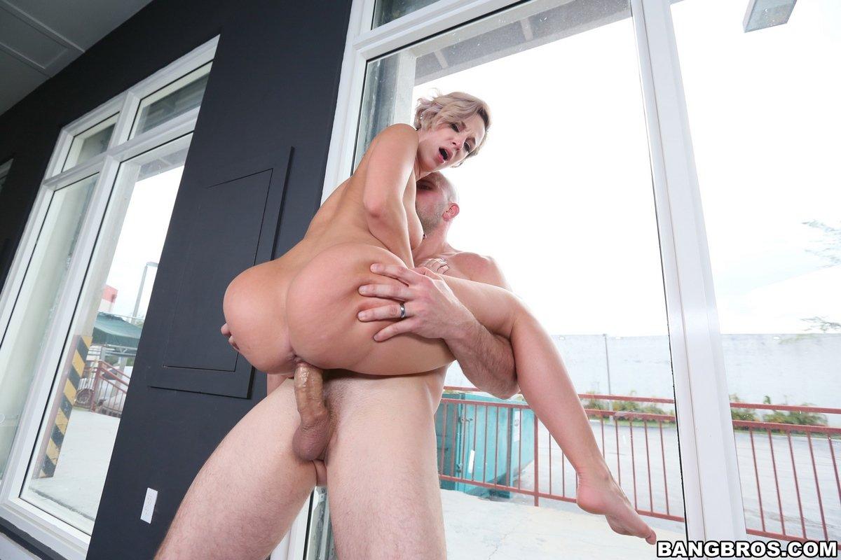Jada Stevens трахается с мускулистым парнем около крупного окошка