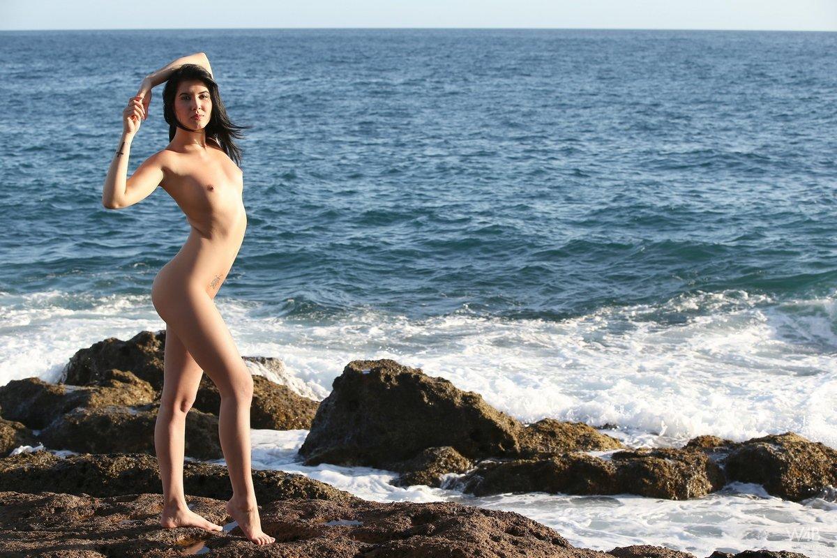 Lady Dee снимает купальник и позирует голая на камнях