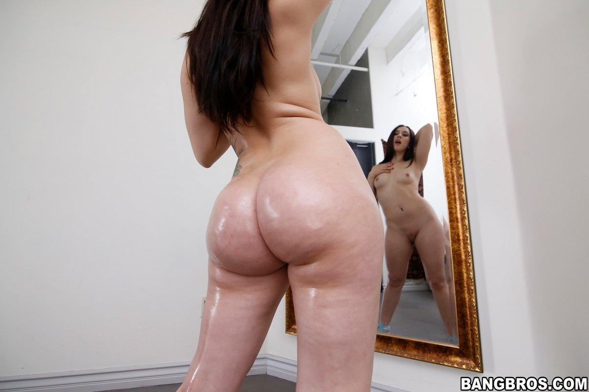 Громадная розовая задница брюнетки в домашних условиях
