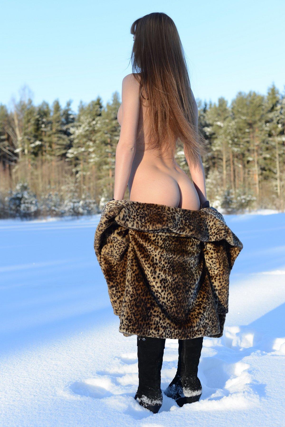 Рыжая в шубке на нагие дойки гуляет в снежном лесу секс фото
