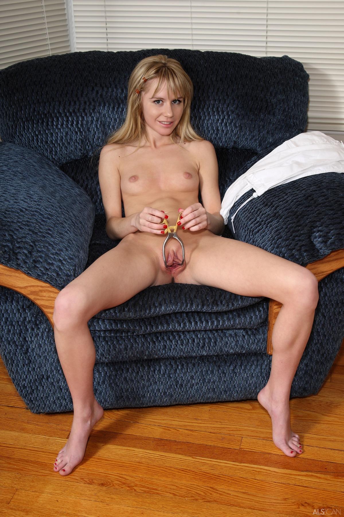 Обнаженная модель захотела максимально раскрыть влагалище секс фото