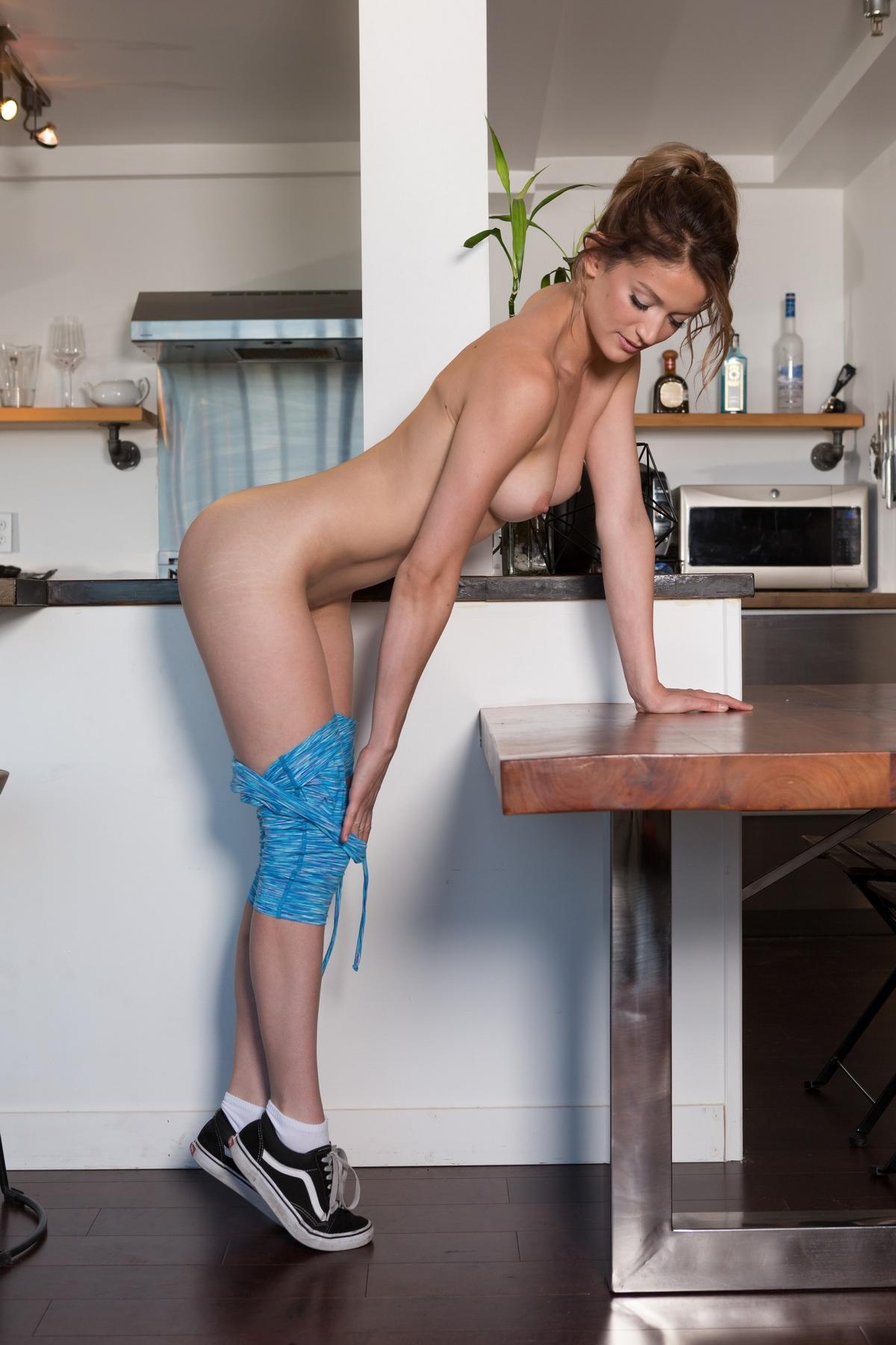 Обнаженная гимнастка снимается на столике