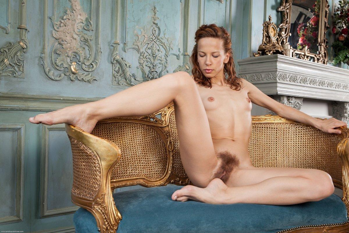 Девушка с волосатой киской и маленькими сиськами