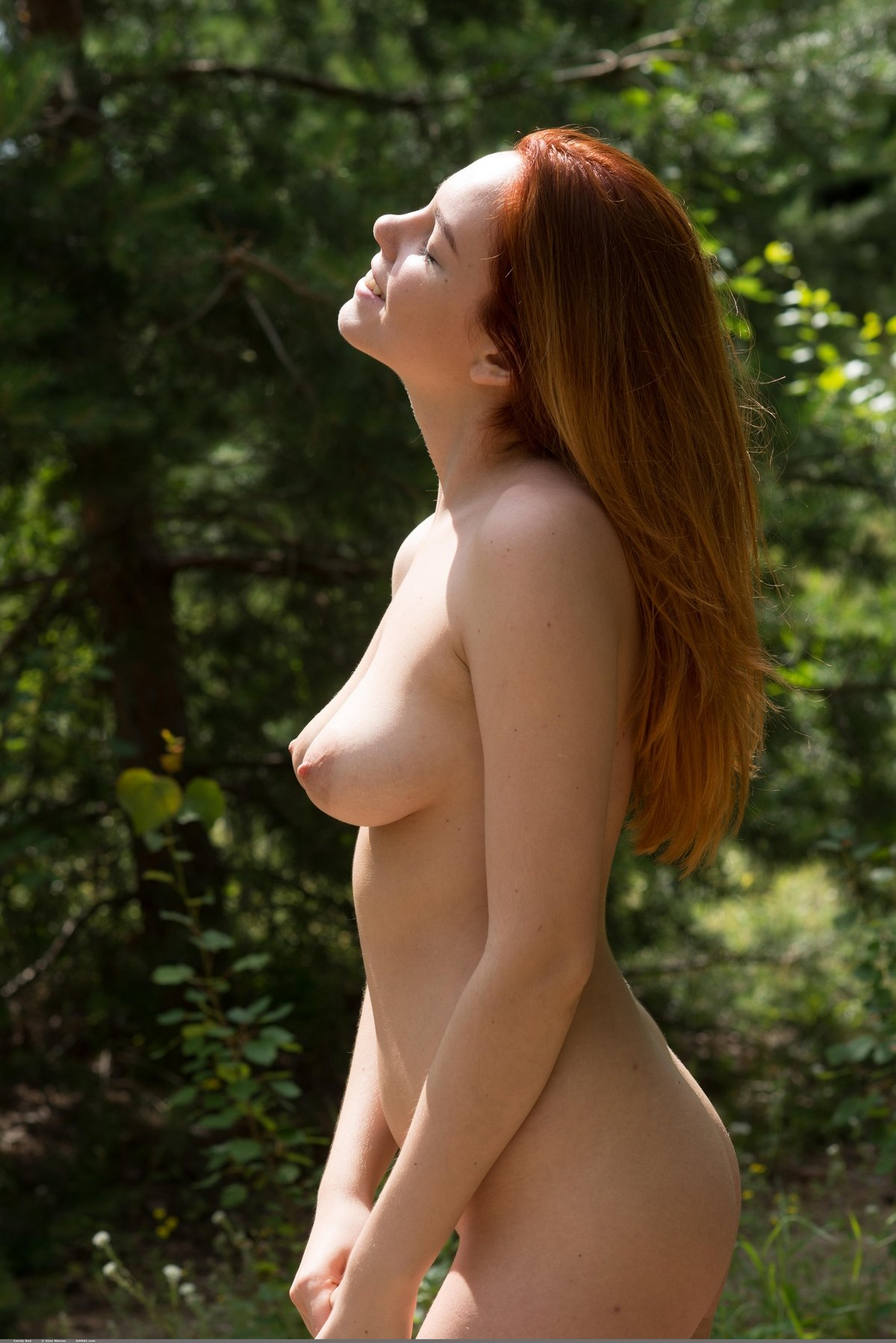 Кобыла с рыжими волосами сняла сарафанчик в саду