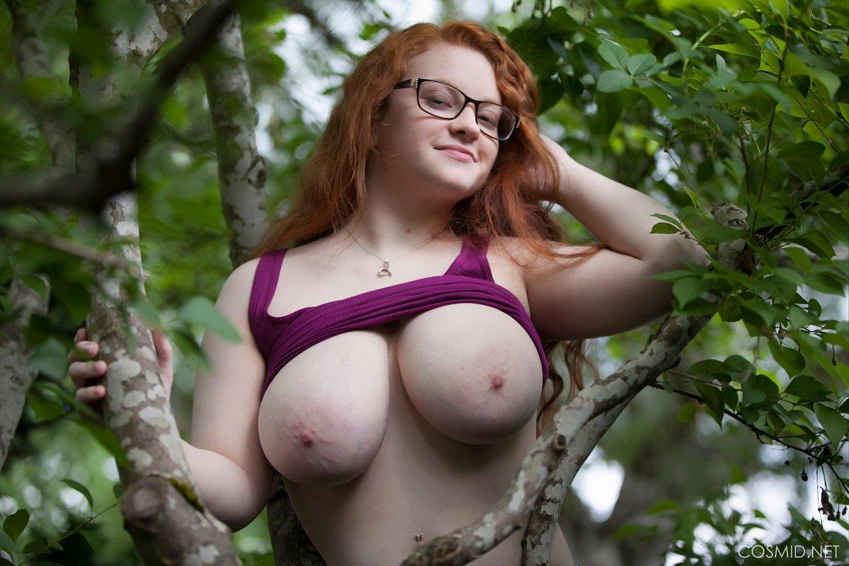 Титястая кобыла в очках обнаженная на дереве