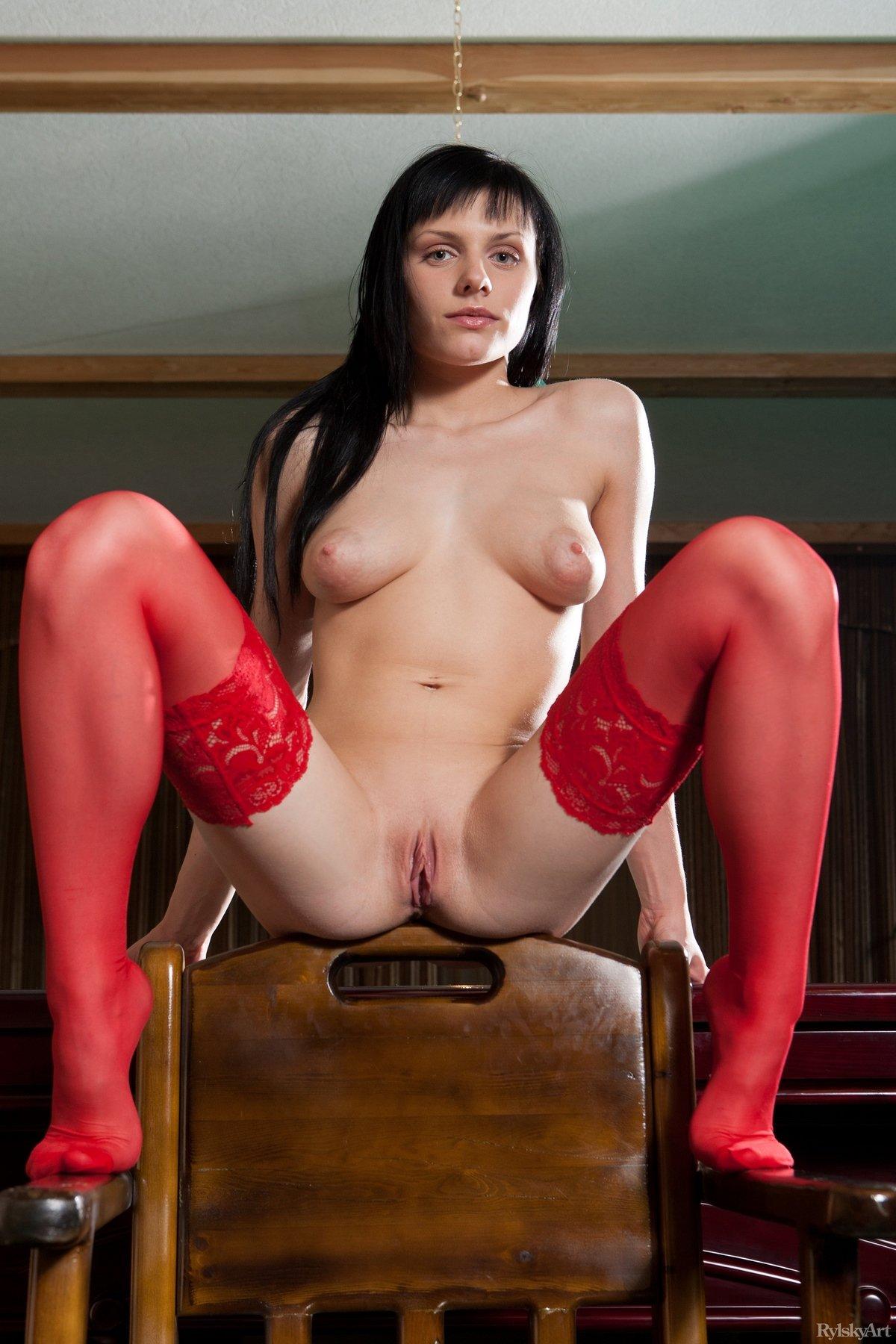 Красивая девушка в красных чулках