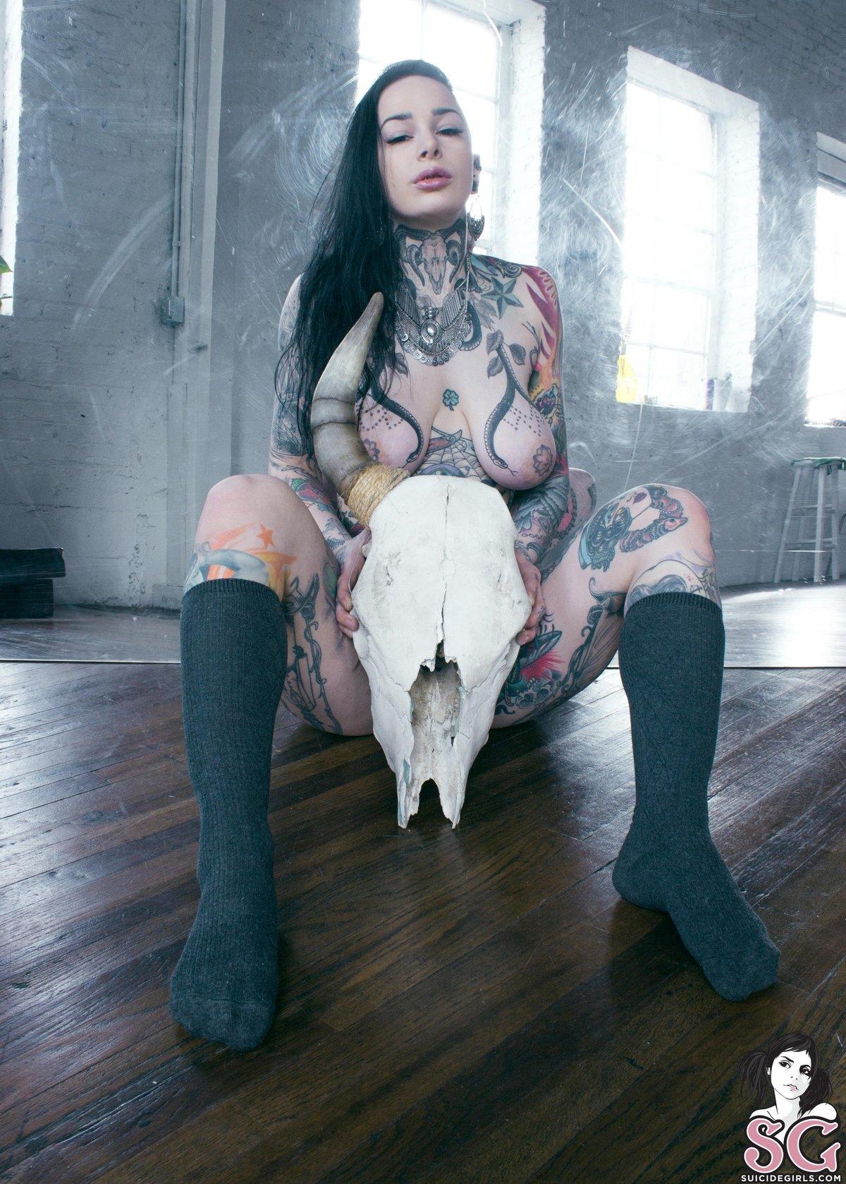 Шатенка в татуировках раздевается перед зеркалом