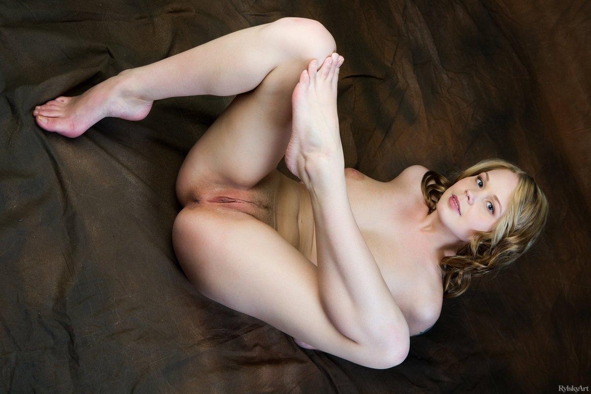 Горячая woman Sarika демонстрирует привлекательные буфера