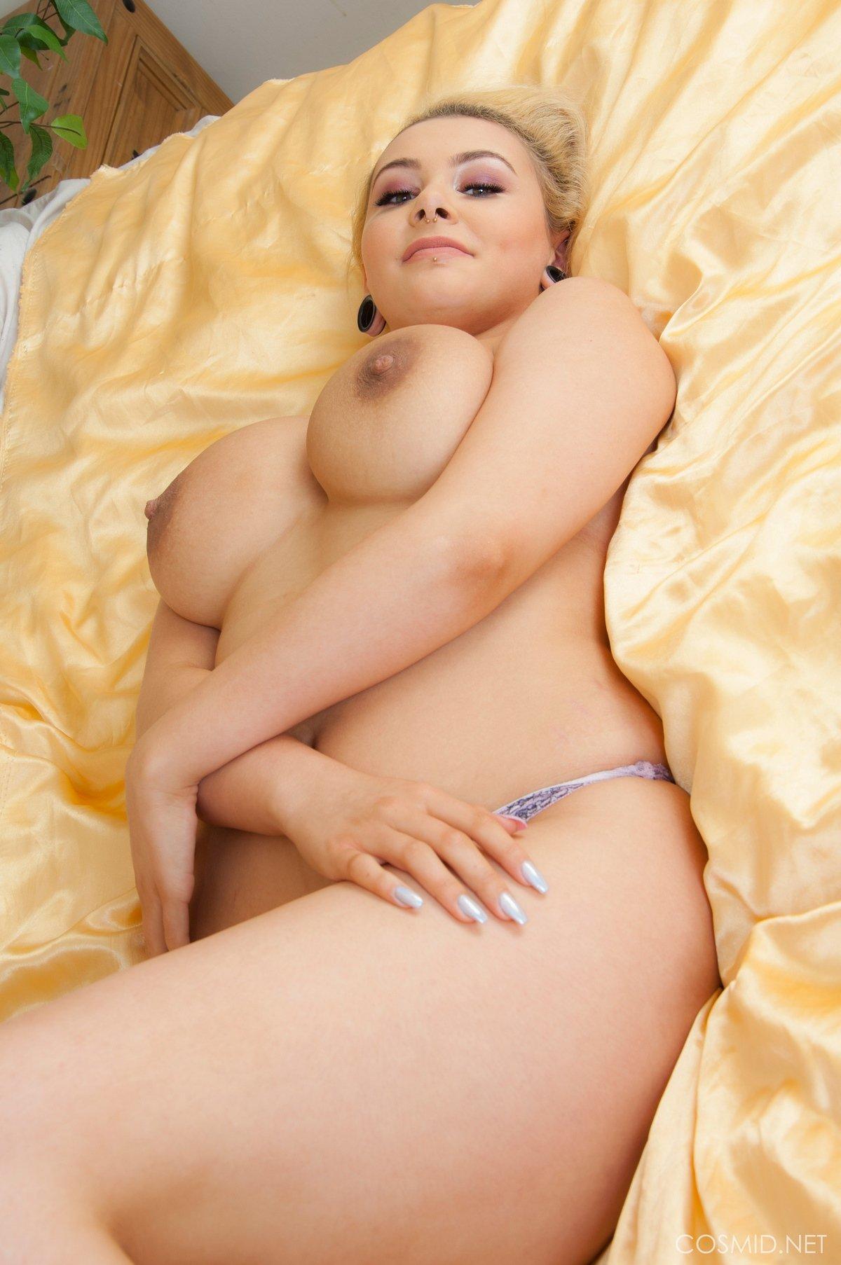 Молодая тёлка выставила тяжелые настоящие титьки секс фото