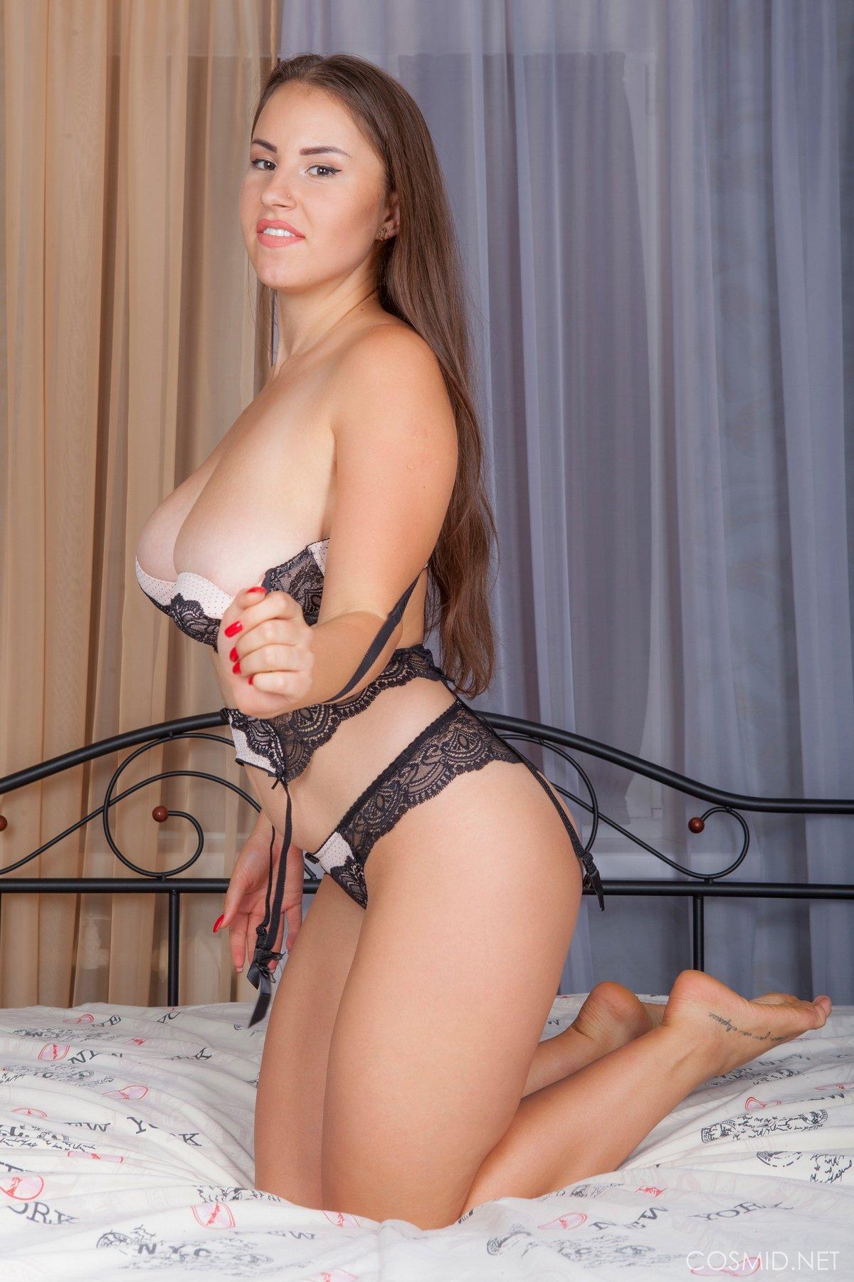 Титькастая тёмненькая спускает кружевное белье секс фото