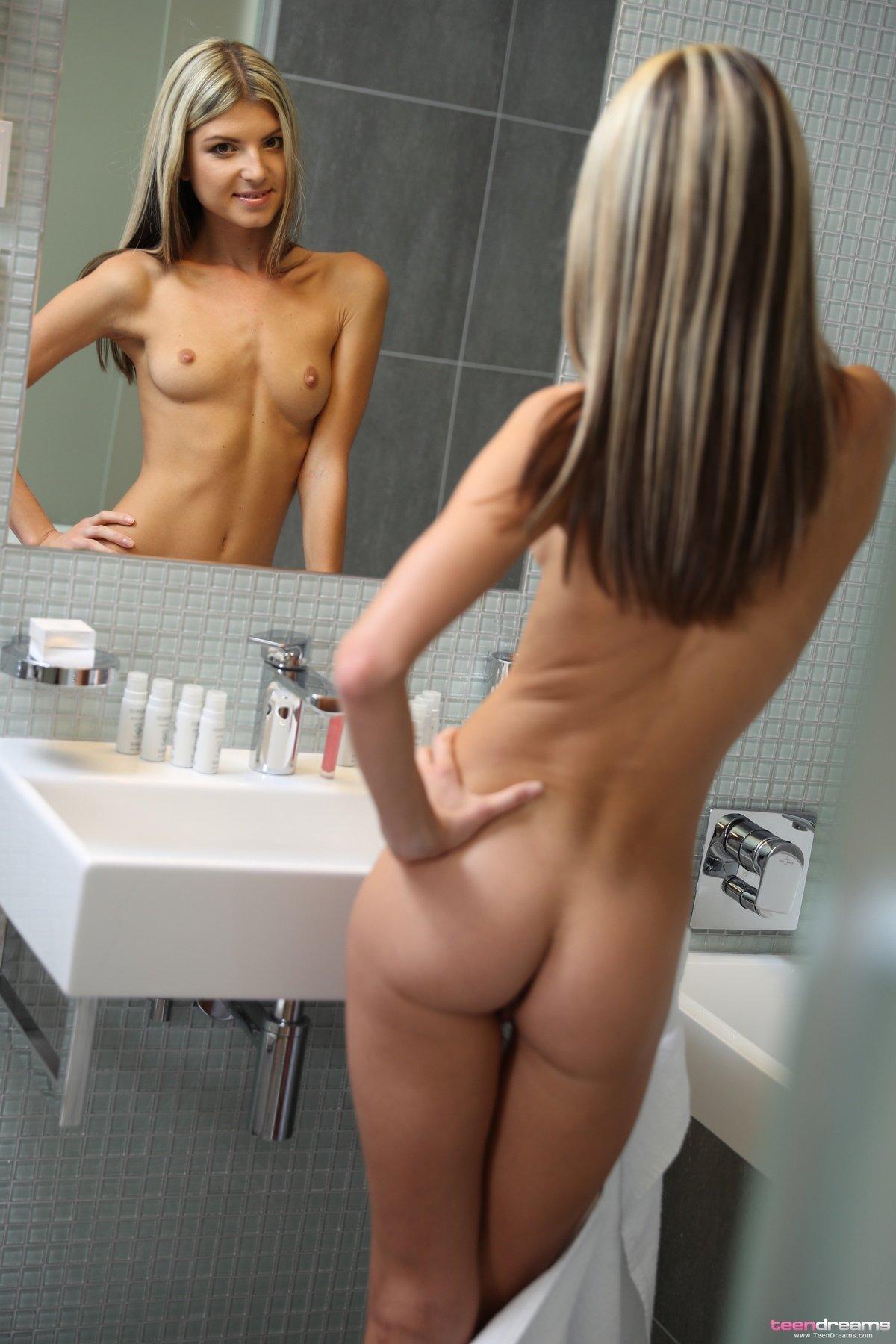 Прекрасная блондинка направляет струю воды между ног секс фото