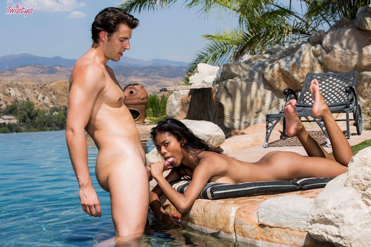 Изящная мулатка красиво делает минет у бассейна