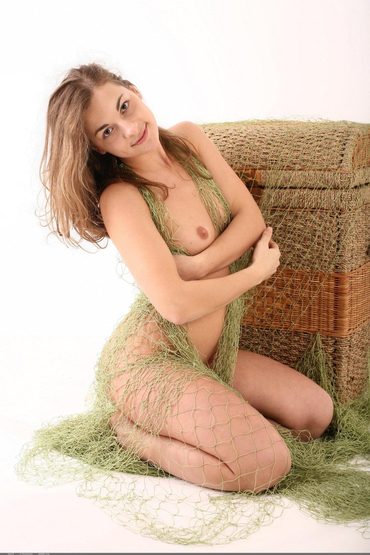 Toni опутала обнаженные дойки сетью