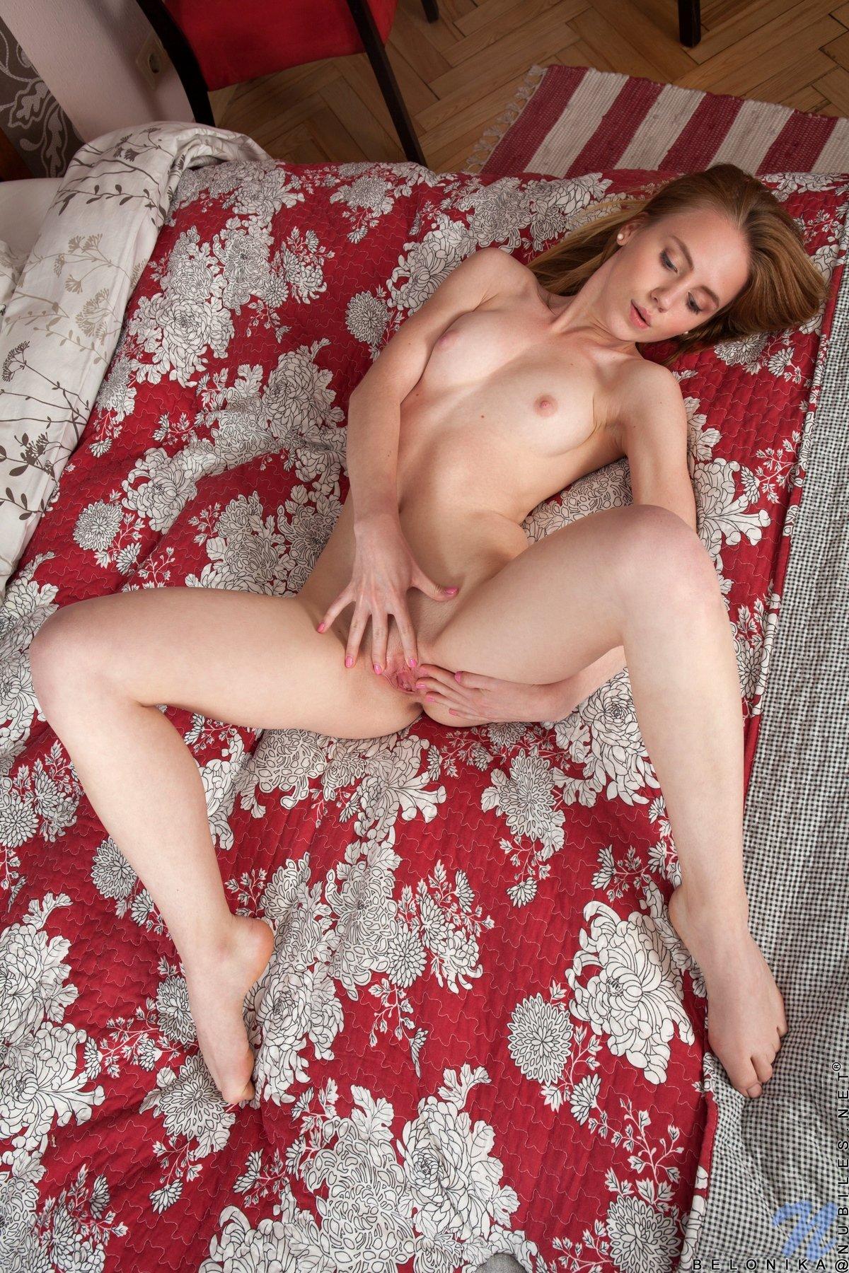 Рыженькая стягивает джинсовые шортики в кровати