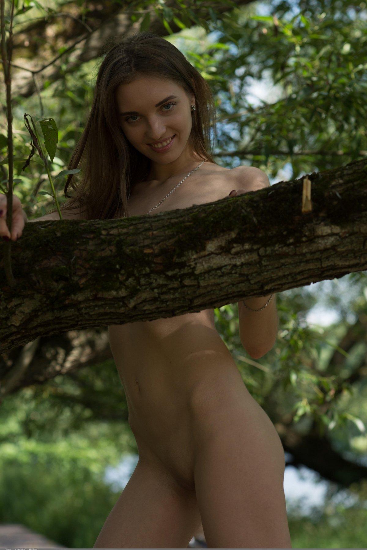 Костлявая девка супермодель обнаженная на дереве