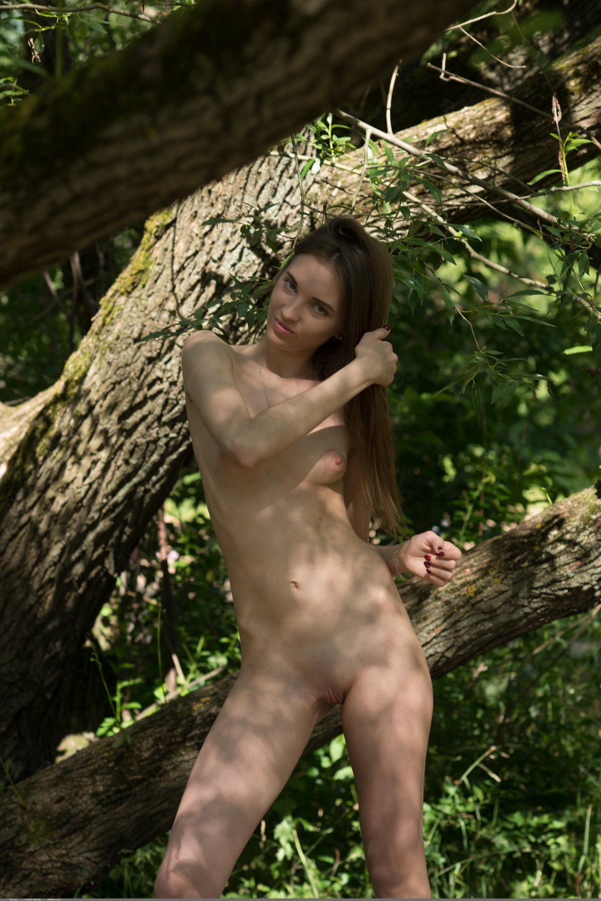 Худая кобыла фотомодель раздетая на дереве смотреть эротику