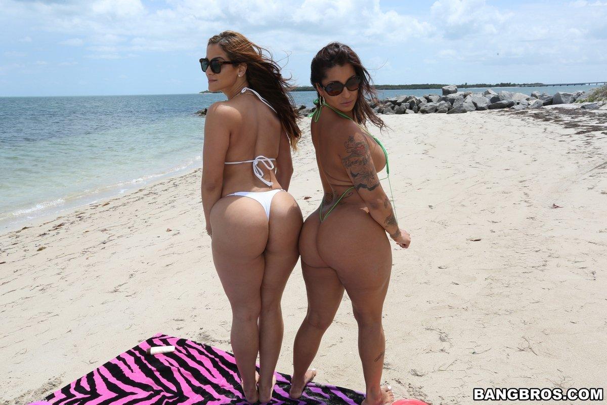 Девушки в коротких купальниках с большими попами и сиськами