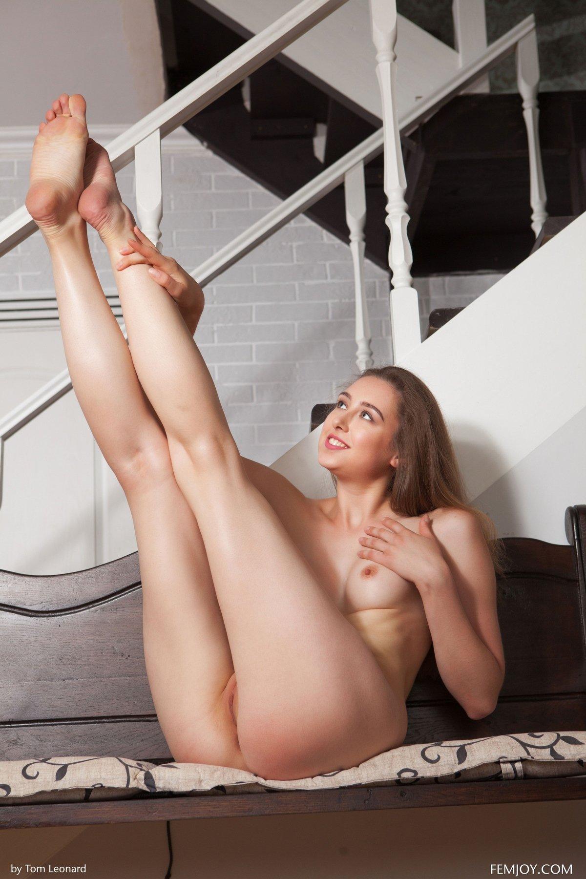 Голубоглазая красотка в кружевном наряде секс фото