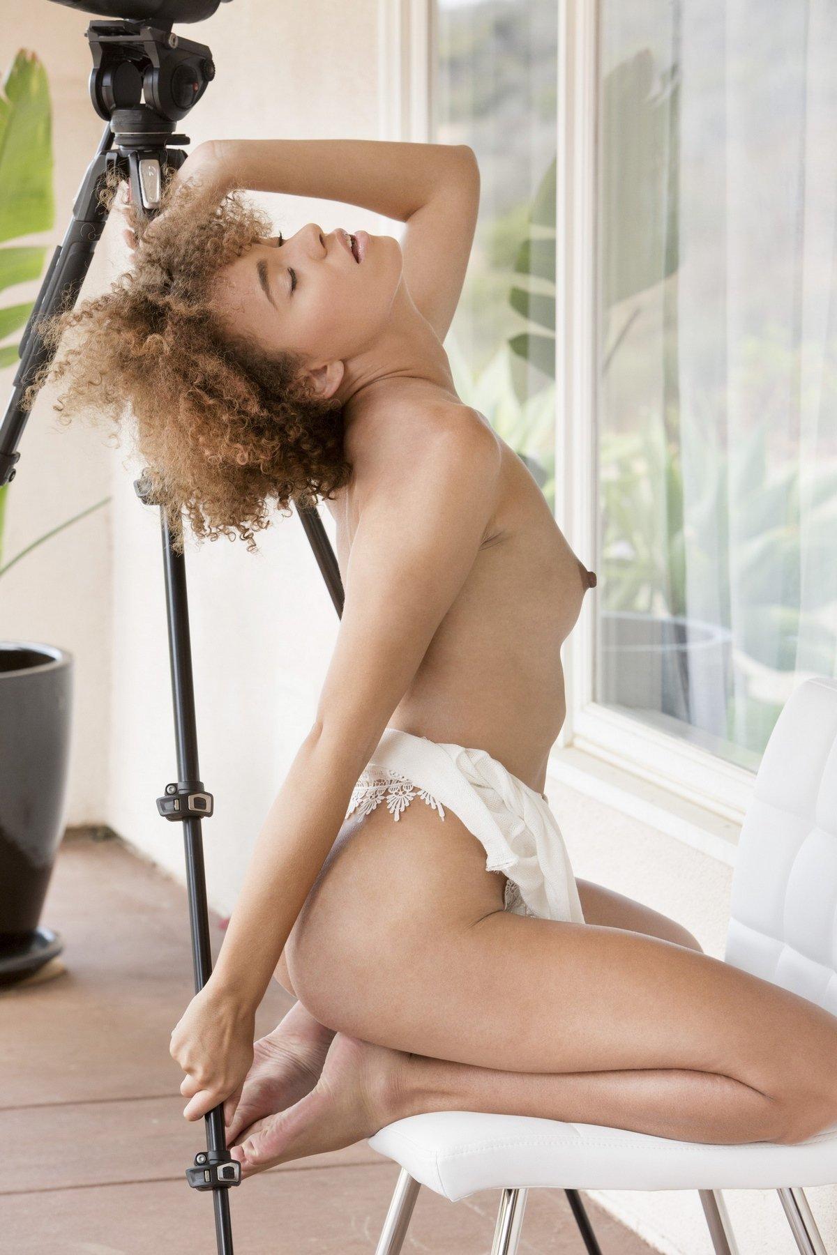 Красотка без трусов смотрит в телескоп секс фото