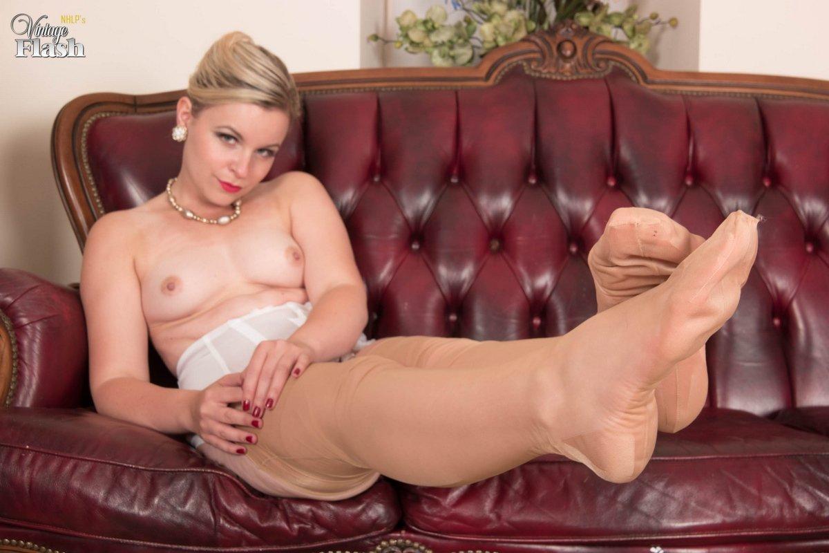 Возбужденная красавица в носках с поясом