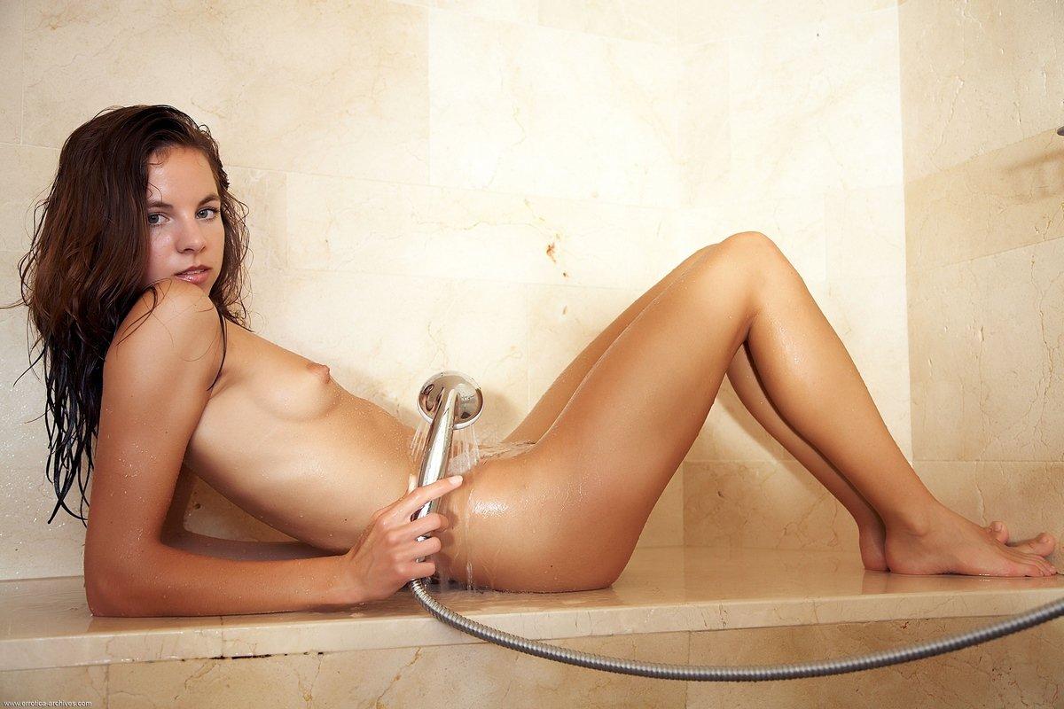 Antea поливает водой загорелое тело