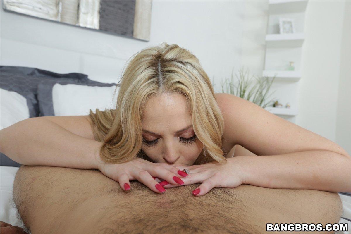 Блондинка с аппетитной задницей занимается сексом на кровати