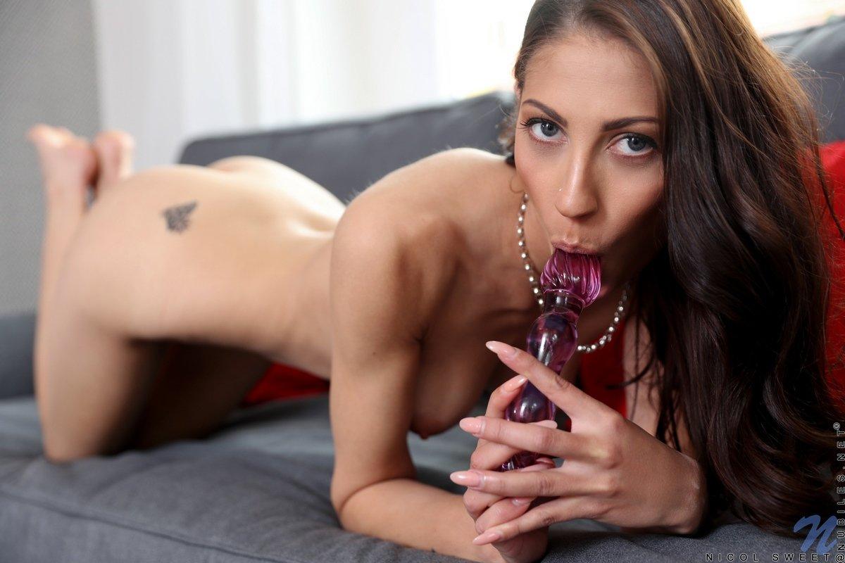 Худая девушка вставляет игрушку между розовых половых губ