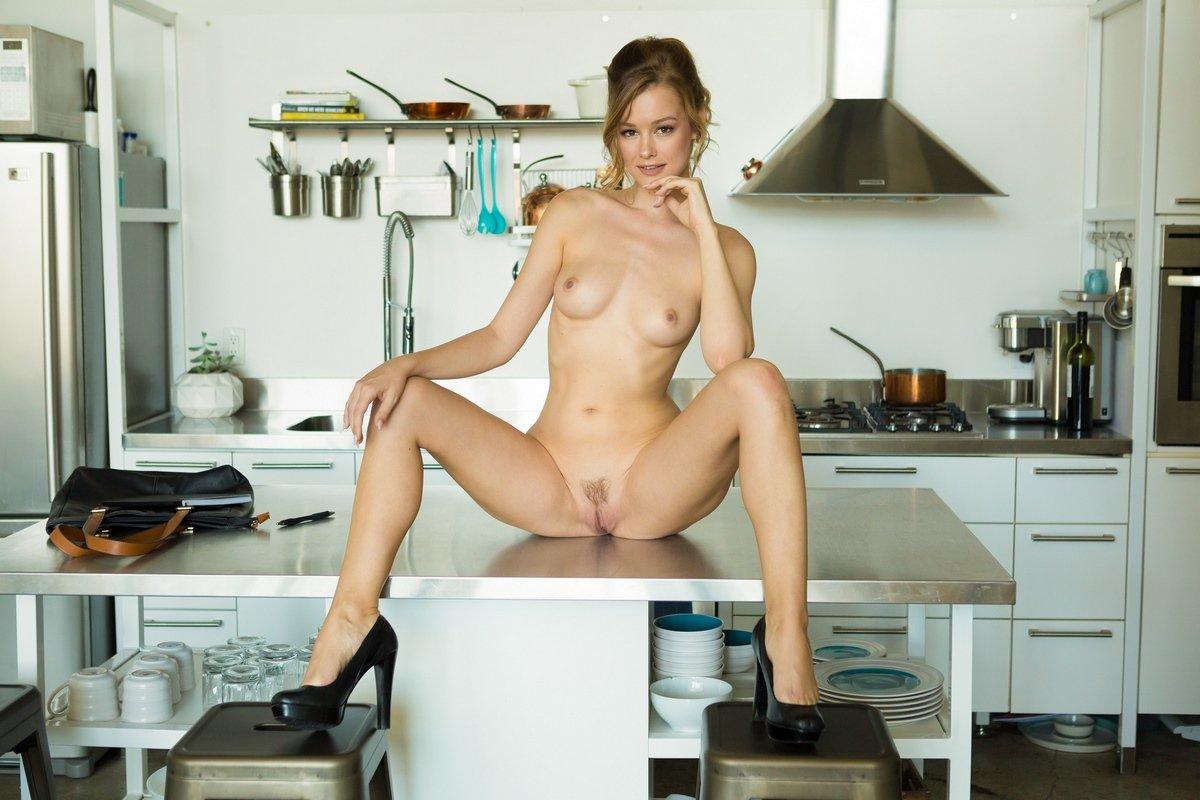 Сексуальная Olivia Preston обнаженная на кухне