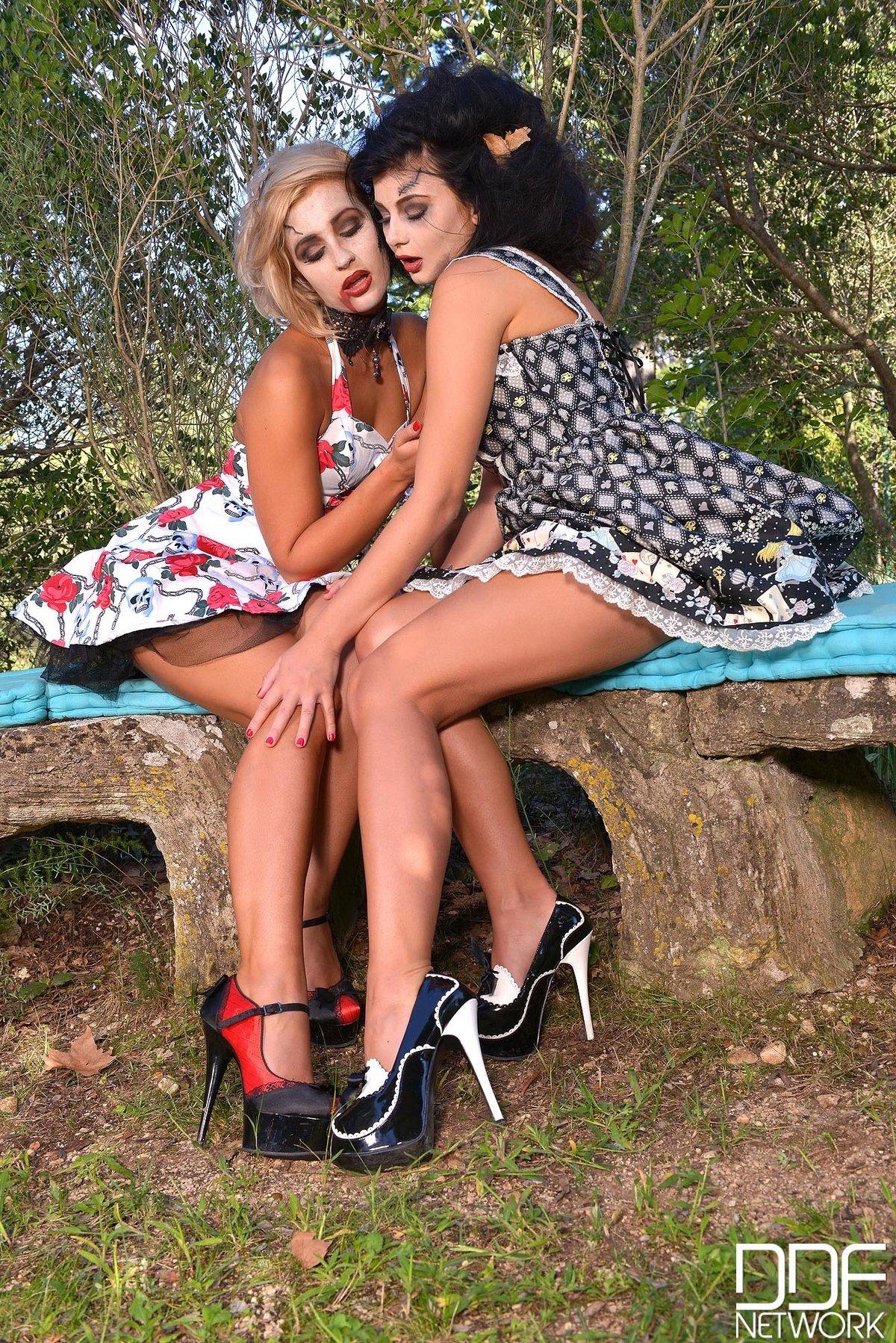 Две лесбияночки играются на Хеллоуин в саду