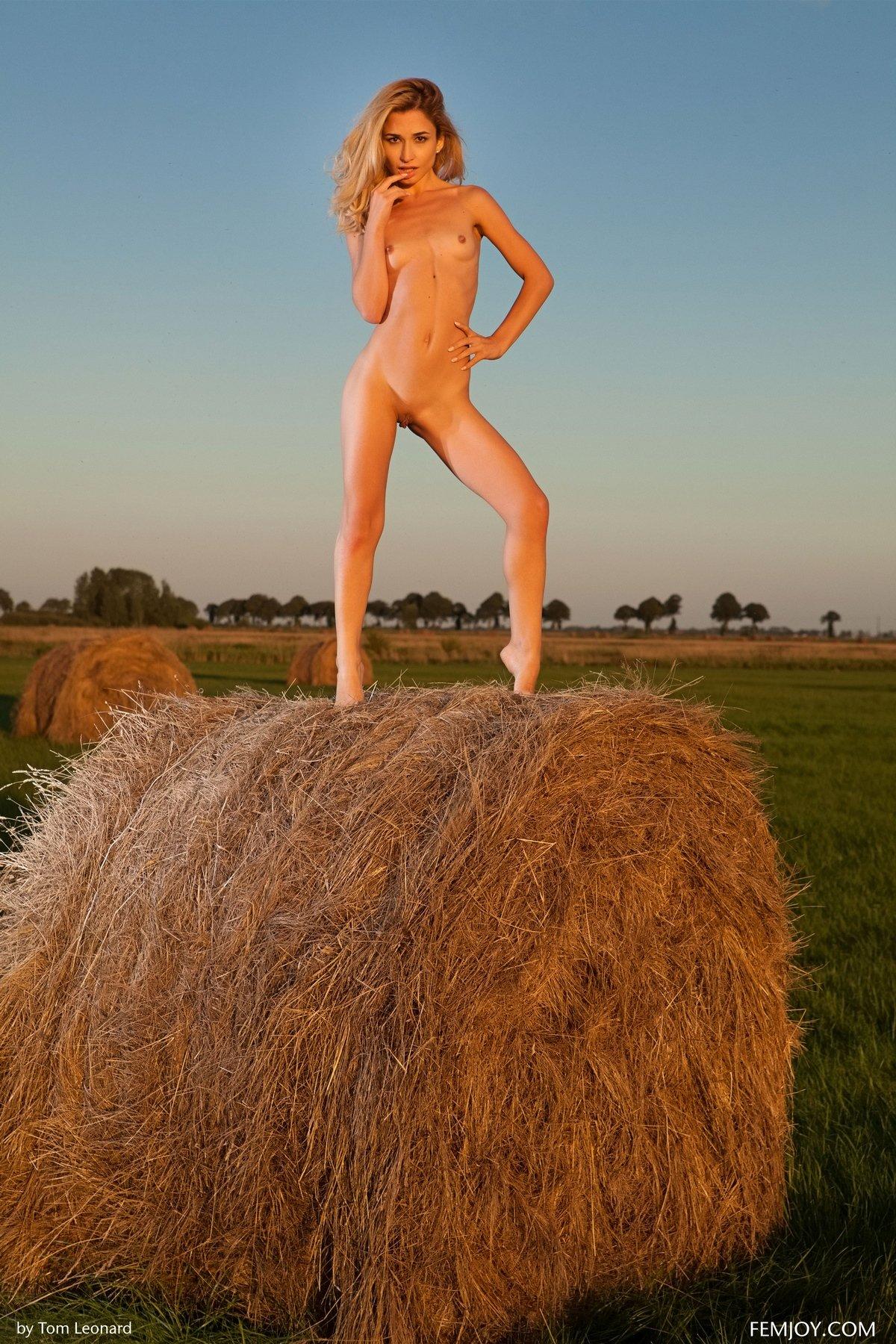 Няшка Davina на стоге сена голая