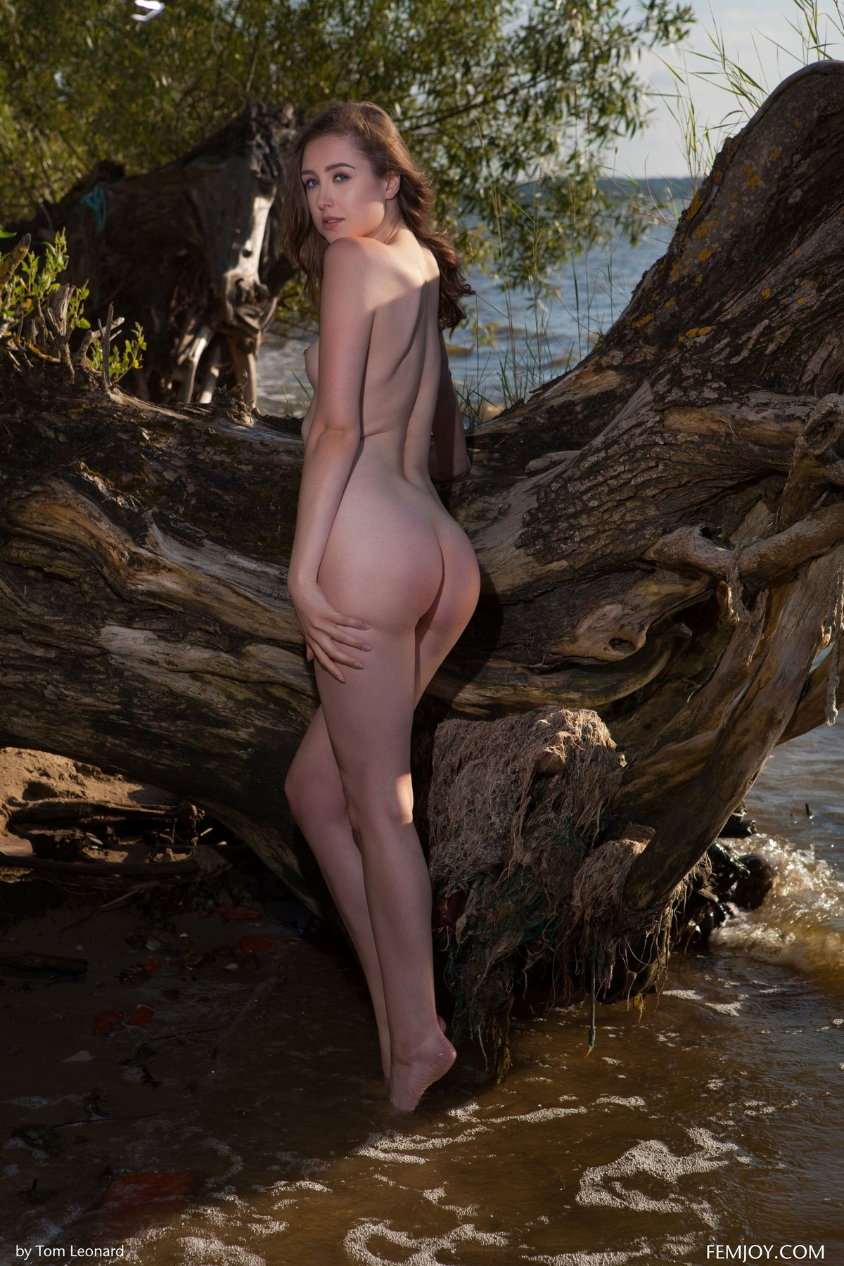 Ухоженная тёмненькая Dara сняла платье на фоне воды секс фото