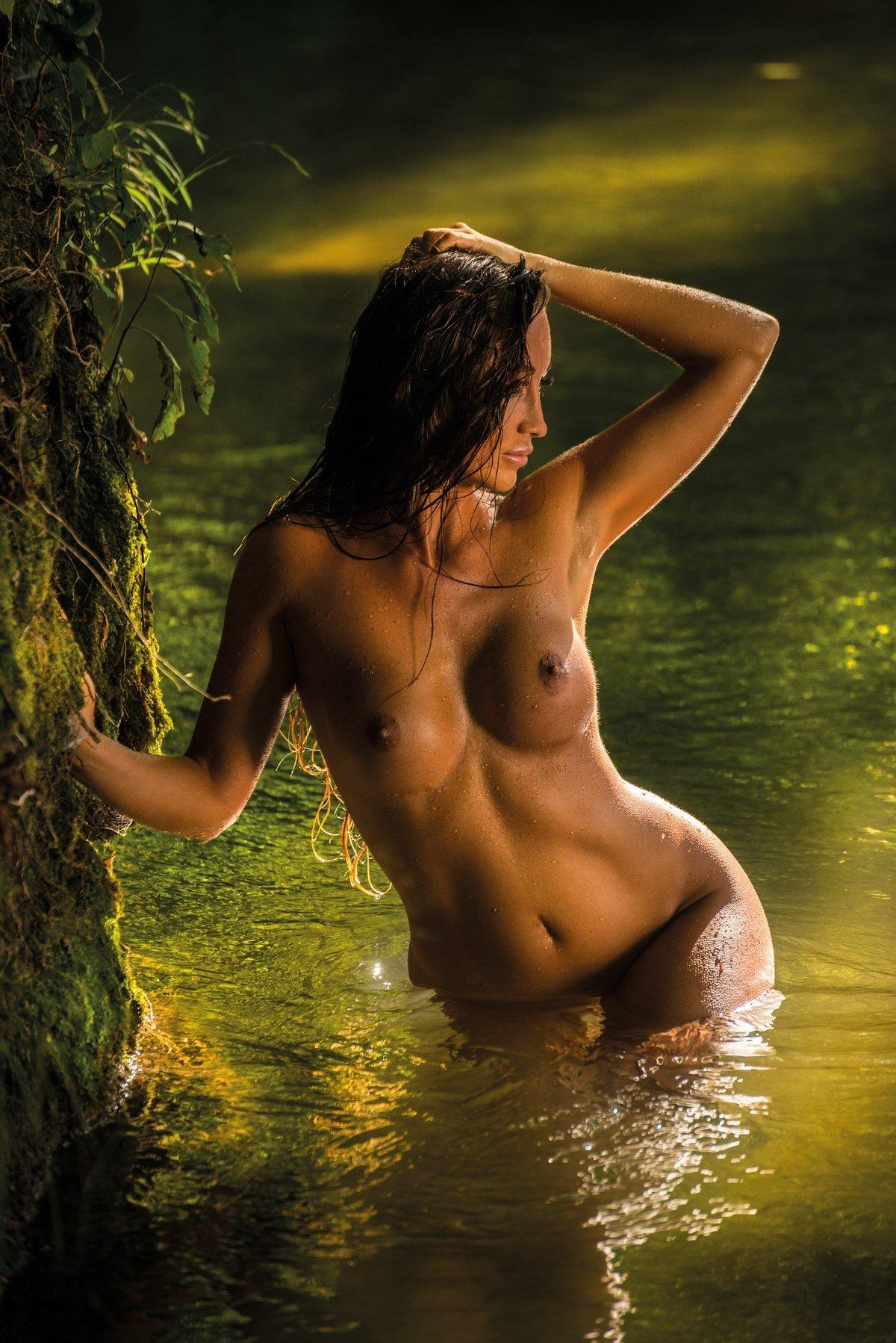 Хорошенькая порнография хорватки Arijana Maric у водопада
