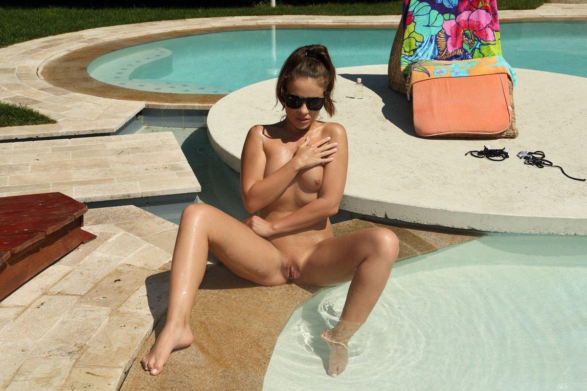 Девушка с плоскими сиськами купается в бассейне